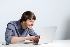 Uomo del posto di lavoro con il taccuino Immagine Stock