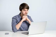 Uomo del posto di lavoro con il taccuino Fotografie Stock Libere da Diritti