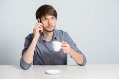 Uomo del posto di lavoro con il taccuino Fotografia Stock