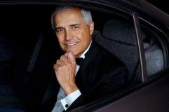 Uomo del primo piano in Tux in automobile Fotografie Stock