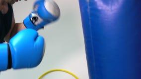 Uomo del pugile che pratica su un punching ball stock footage