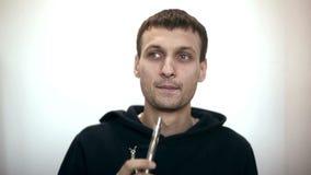 Uomo del ritratto che fuma sigaretta elettronica archivi video