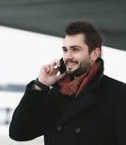 Uomo del ritratto che parla sul telefono Fotografia Stock Libera da Diritti