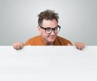 Uomo del ritratto che tiene tabellone per le affissioni bianco Immagini Stock Libere da Diritti