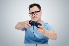 Uomo del ritratto con una leva di comando che gioca nel gioco Concetto del Gamer Fotografie Stock Libere da Diritti