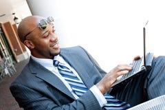 Uomo del settore della telefonia mobile che lavora sopra Fotografie Stock Libere da Diritti