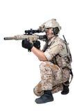 Uomo del soldato che tiene il tiro della mitragliatrice Fotografia Stock