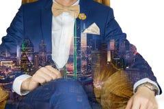 Uomo del vestito con doppia esposizione della grande città immagini stock