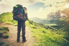 Uomo del viaggiatore con il concetto di stile di vita di viaggio di alpinismo dello zaino Immagini Stock