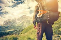 Uomo del viaggiatore con il concetto di stile di vita di viaggio di alpinismo dello zaino Fotografia Stock