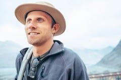 Uomo del viaggiatore in ritratto del cappello Fotografie Stock Libere da Diritti