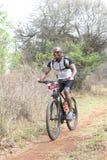 Uomo dell'africano nero invecchiato mezzo che gode all'aperto del giro alla montagna Immagine Stock Libera da Diritti