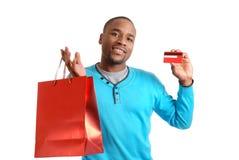 Uomo dell'afroamericano con il sacchetto e l'accreditamento di acquisto Fotografia Stock Libera da Diritti