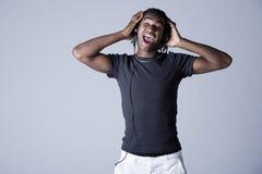 Uomo dell'afroamericano con le cuffie Immagine Stock