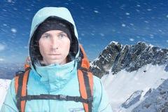 Uomo dell'alpinista che esamina la macchina fotografica, nelle alte montagne del fondo Ritratto del primo piano Immagini Stock Libere da Diritti