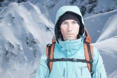 Uomo dell'alpinista che esamina la macchina fotografica, nelle alte montagne del fondo Ritratto del primo piano Fotografia Stock