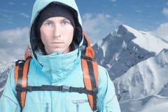 Uomo dell'alpinista che esamina la macchina fotografica, nelle alte montagne del fondo Ritratto del primo piano Fotografie Stock Libere da Diritti