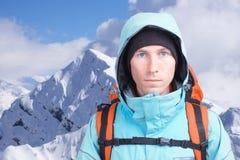 Uomo dell'alpinista che esamina la macchina fotografica, nelle alte montagne del fondo Ritratto del primo piano Immagine Stock Libera da Diritti