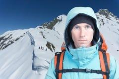 Uomo dell'alpinista che esamina la macchina fotografica, nelle alte montagne del fondo Ritratto del primo piano Fotografia Stock Libera da Diritti