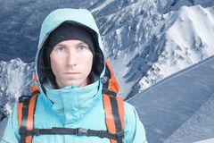 Uomo dell'alpinista che esamina la macchina fotografica, nelle alte montagne del fondo Ritratto del primo piano Fotografie Stock