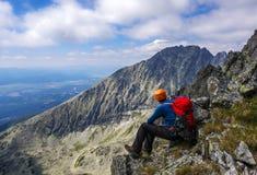Uomo dell'alpinista che gode del paesaggio Immagine Stock