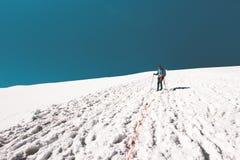 Uomo dell'alpinista che scala in montagne Fotografie Stock