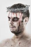 Uomo dell'emorragia con la corona di filo spinato fotografie stock