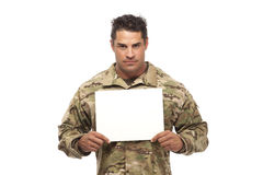 Uomo dell'esercito con il cartello vuoto immagini stock