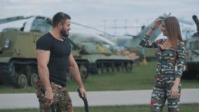 Uomo dell'esercito e una donna in una relazione romantica archivi video