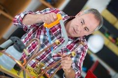 Uomo dell'idraulico con gli strumenti immagine stock