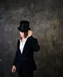 Uomo dell'illusionista in cappello del cilindro immagine stock