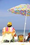 Uomo dell'ombrello di spiaggia Fotografia Stock Libera da Diritti