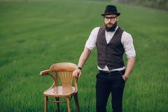 Uomo della barba nel campo solo Immagini Stock