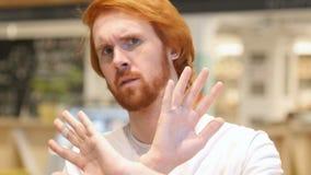 Uomo della barba della testarossa che aborre e che rifiuta offerta in caffè stock footage