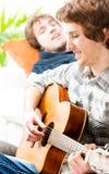 uomo della chitarra che gioca i giovani Fotografie Stock Libere da Diritti