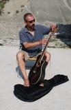 uomo della chitarra che sostituisce le stringhe fotografia stock libera da diritti