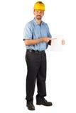 Uomo della costruzione che sta e che fora un documento in bianco che indica w immagine stock