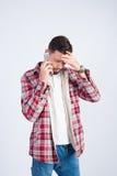 Uomo della foto dello studio che parla sul telefono Fotografia Stock