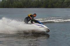 Uomo della foto di azione che accende il jet ski Immagine Stock