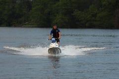 Uomo della foto di azione sul jet ski Fotografia Stock