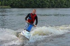 Uomo della foto di azione sul jet ski Immagini Stock