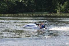 Uomo della foto di azione sul jet ski Immagine Stock