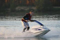 Uomo della foto di azione sul jet ski Fotografie Stock Libere da Diritti