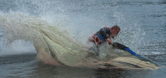 Uomo della foto di azione sul jet ski Attraverso l'acqua Immagini Stock Libere da Diritti
