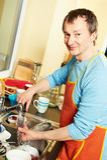 Uomo della governante con la lavatrice del piatto Fotografie Stock