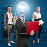 Uomo della lampada e squadra capi di affari Immagine Stock