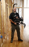 Uomo della macchina fotografica con la parentesi graffa della macchina fotografica immagini stock libere da diritti