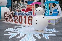 Uomo della neve del grande magazzino del terminale 21 che decora per la celebrazione 2016 del nuovo anno e di natale Fotografia Stock