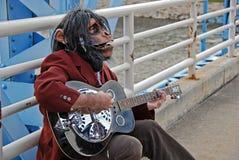 Uomo della scimmia che gioca chitarra Fotografia Stock Libera da Diritti