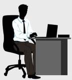 Uomo della siluetta allo scrittorio con il computer portatile Immagini Stock Libere da Diritti